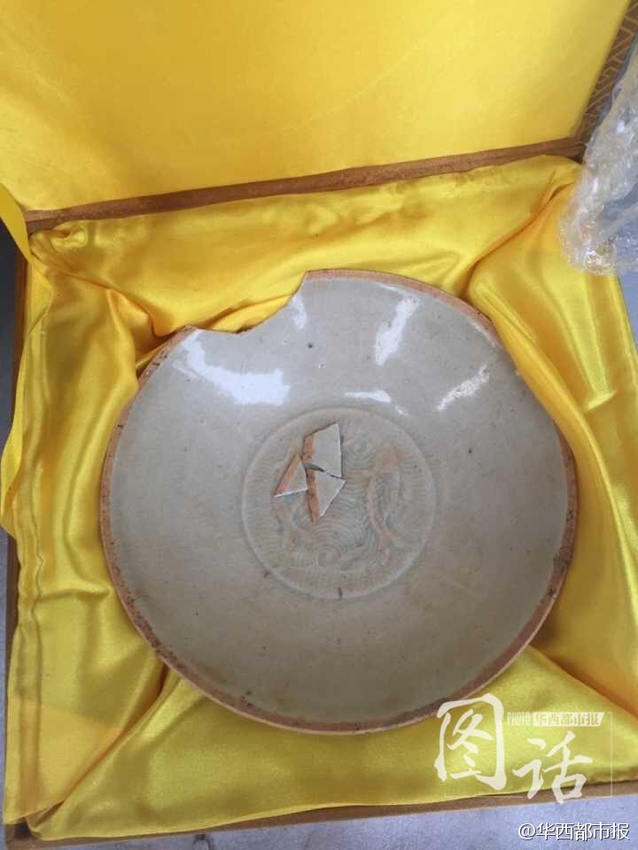 一名收藏爱好者,通过顺丰快递,从四川南充发货送到郑州。货是一件真正的南宋双鱼瓷碗,有上千年历史,成交价双方约定为12万元。可是买主收货时却发现,原本完好的瓷碗已经破损,有个小缺口。