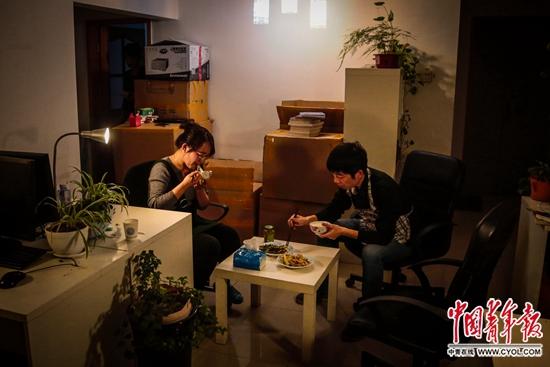 2月18日,北京南三环内的一间出租房里,陈小青和丈夫在吃晚饭。这里是丈夫和同事们的办公室,也是他们夫妻的家。