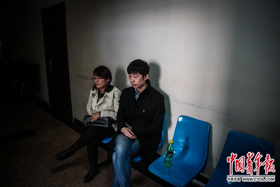 北京天通苑派出所,陈小青和丈夫朱延宝在等候领取立案回执。去年年底,他们租房被骗,损失了近4万元。