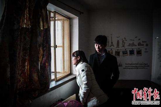 陈小青和丈夫在北三环内的一间半地下的一居室内看房。这里的使用面积30多平方米,每个月租金4000元。他们觉得,在这些天看到的房子中,这间还算不错。