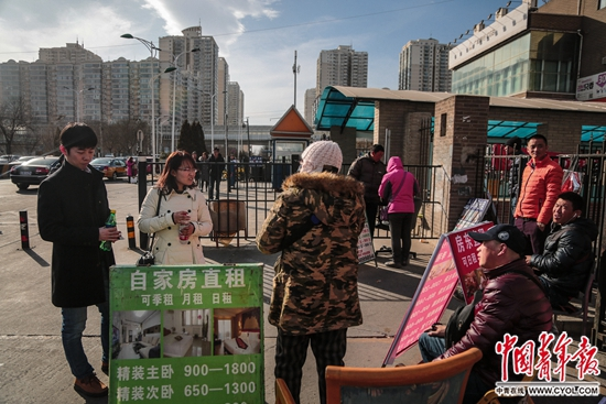 """北京市昌平区天通苑社区,一群租房中介叫住陈小青和朱延宝,向他们介绍附近的出租房。据了解,天通苑社区人口接近70万,居民多为外来,有网友称这里为""""北漂大本营""""""""亚洲第一大社区""""。"""