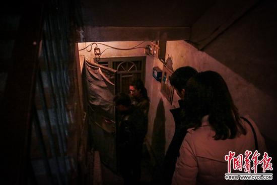 陈小青和丈夫在租房中介的带领下看一个半地下的一居室出租房。地处三环内,又是学区房,这个小区的房屋虽然建于上世纪80年代,但成交价据说已经达到每平方米12万元。