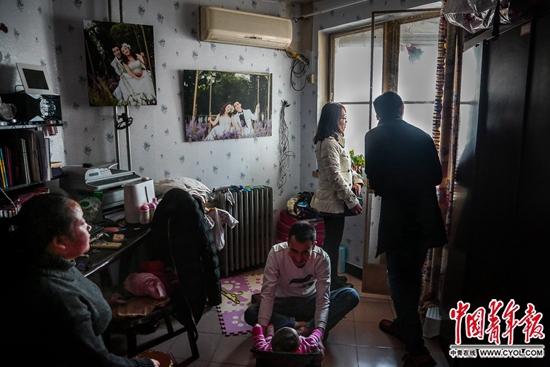 北京北三环内某小区,陈小青和丈夫朱延宝在看朋友家租的房子。小青和朱延宝2016年末结婚。小青说,她很喜欢小孩,但是目前的生活状况无法保障孩子的成长和教育,生孩子的计划只好推迟。