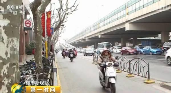 跟这个冬天一样寒冷的,是上海的二手房市场。这家房产中介门店,去年20多人的销售团队如今只剩下不到一半。以往销售人员都是忙着出门陪客户看房、签约,但现在,却只能坐在店里玩手机。