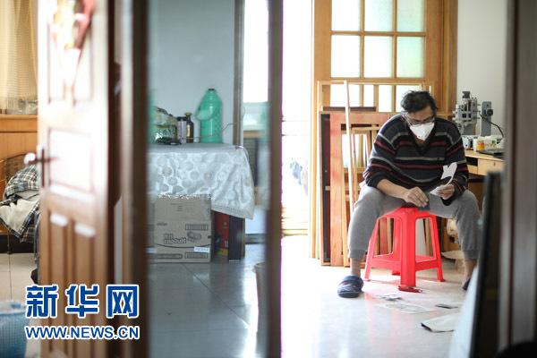 """这是美籍艺术家雷森明在北京宋庄的工作室进行艺术创作。(2017年2月11日摄)在中国呆了十二年,别人叫他""""中国通"""",他叫自己""""宋庄人""""--来自大洋彼岸的美籍印度人雷森明(Sridhar Ramasami),在北京宋庄这个中国原创艺术家聚居群落里当起了""""北漂"""",即便快到知天命的年纪,也依然活得兴高采烈:创作、策展、交各国朋友、娶中国媳妇,一个都没落。"""