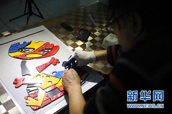 """美籍艺术家雷森明在为即将满月的女儿制作艺术作品。(2017年2月11日摄)在中国呆了十二年,别人叫他""""中国通"""",他叫自己""""宋庄人""""--来自大洋彼岸的美籍印度人雷森明(Sridhar Ramasami),在北京宋庄这个中国原创艺术家聚居群落里当起了""""北漂"""",即便快到知天命的年纪,也依然活得兴高采烈:创作、策展、交各国朋友、娶中国媳妇,一个都没落。"""