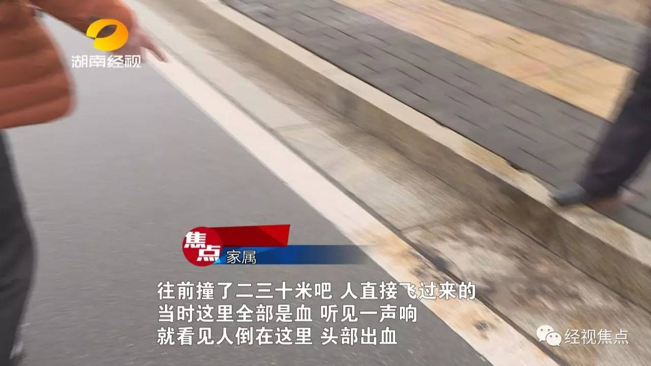 而肇事司机则一脸内疚的跪在马路边上,还有一名女子也陪着一起下跪了,有可能是司机的家属。交警很快抵达现场,对事故展开调查。