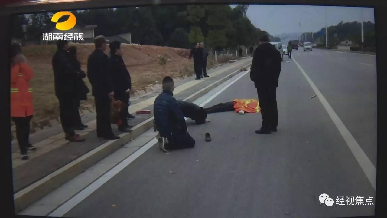 肇事司机姓黄,今年20岁,今天早上开表哥的面包车去办事。他称,当时突然看到眼前有一个人出现,很慌张,想踩刹车但是没踩死。