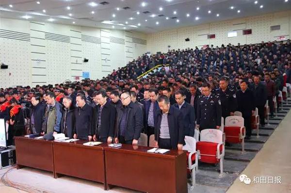 牛学兴代表地区四套班子向罹难者表示沉痛哀悼,向受表彰的公安民警和见义勇为的先进个人表示崇高敬意。