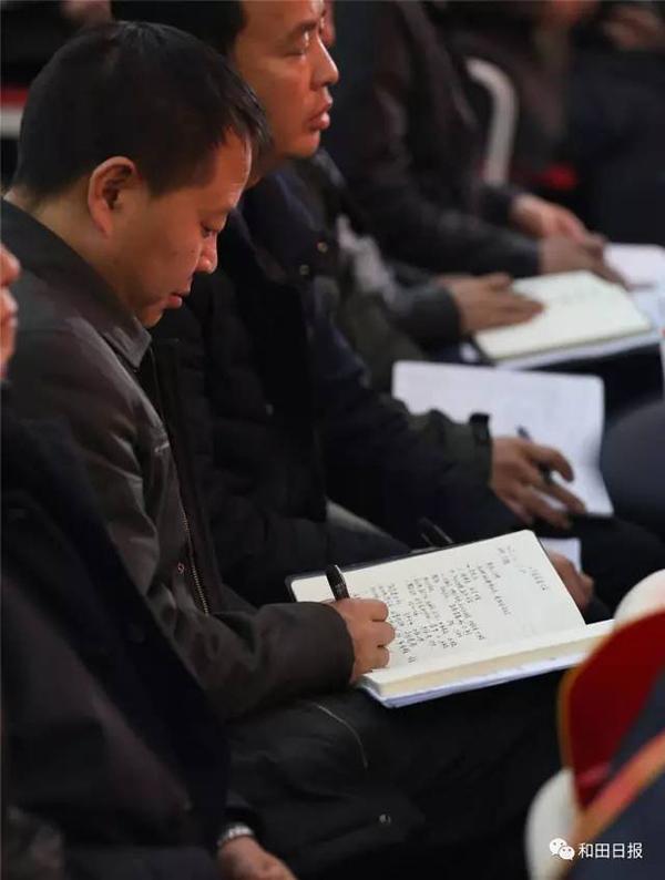 """地区在皮山县召开""""2・14""""案件奖惩大会上,参会代表认真做记录。"""