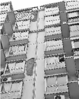 本报讯 入住才3年多,多栋居民楼外墙便出现保温层空鼓、脱落现象,所幸没有造成人员伤亡。昨天,东西湖区走马岭一小区居民向本报新闻热线82333333反映此事,业主们担心保温层脱落会危及住户的安全。