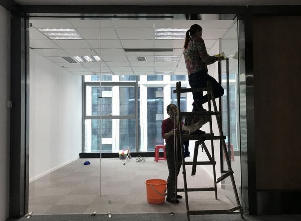 办公室装修员工被迫戴防毒面具上班 官方介入