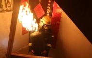 消防员抱喷火煤气罐狂奔