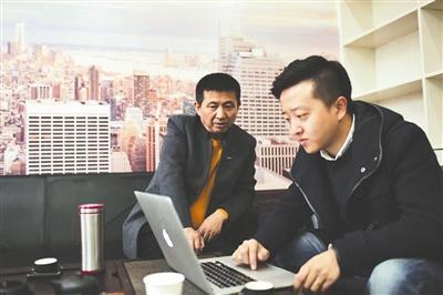 成都商报独家获取的一张照片显示,陈满与一年轻男子坐在一起。陈满证实,这名年轻男子正是该公司的一名负责人。