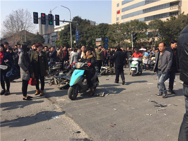 郑州一辆面包车冲进电动车群:多人受伤,现场一片狼藉