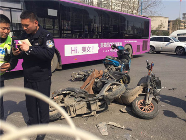 被撞毁的摩托车
