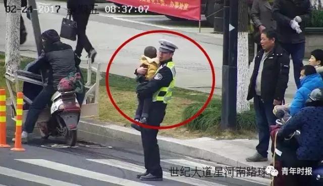事后,在了解这起事故的情况时,王晓璐害羞地告诉记者他是未婚80后,还没有结婚生娃,他说这还是第一次这样长时间地抱着一个孩子,因为手法变扭,当时的小男孩又哭闹不止,他一直用手臂的力量托着这个将近40斤重的小男孩将近15分钟。