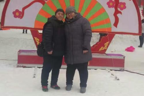 刘成菊(左)和女儿才巾涵。受访者供图。