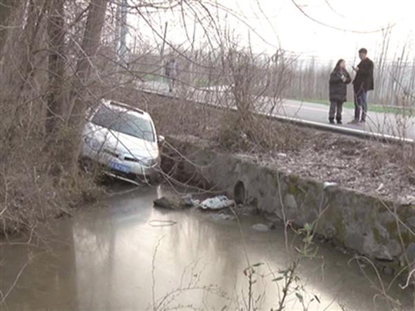 【图】轿车为避让横穿马路母子冲下路沟