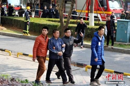 图为2月25日,警方控制涉嫌肇事的相关责任人。刘占昆摄