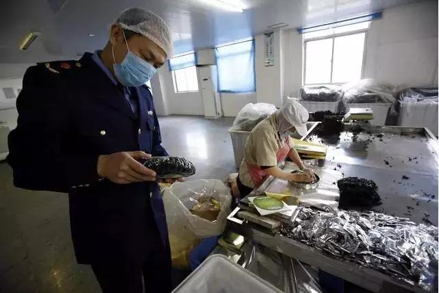 晋江市市场监督管理局工作人员在紫菜包装车间进行现场检查
