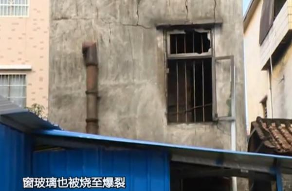 """针对此事,2月27日上午,广州市公安局番禺分局工作人员向澎湃新聞发来一份通报称,2月25日21时50分,番禺警方接群众报警,称化龙镇细围街一处民宅发生火灾。接报警后,番禺警方迅速派出警力赶赴现场,协助消防官兵灭火救援,并通知""""120""""医护人员到场,至23时30分,现场火势被扑灭。"""