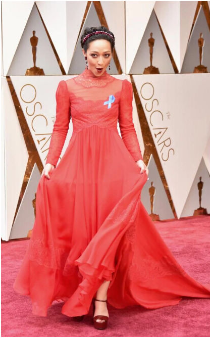 混血女星露丝•奈嘉(Ruth Negga)身戴蓝丝带走上红毯