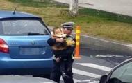 交警抱娃执勤 原因让人心酸