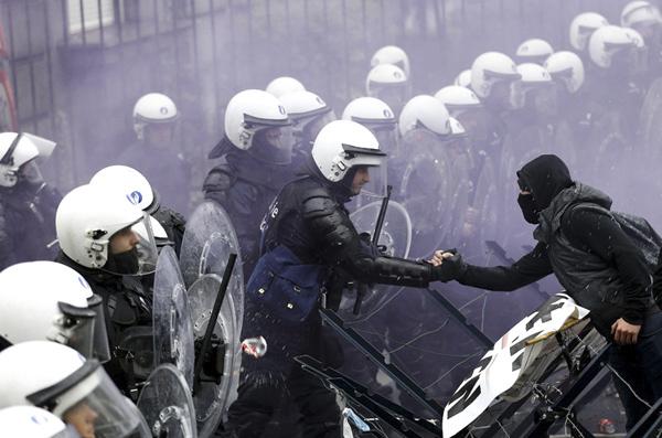 比利时警察与军人示威者 新华社欧洲总分社 叶平凡 摄