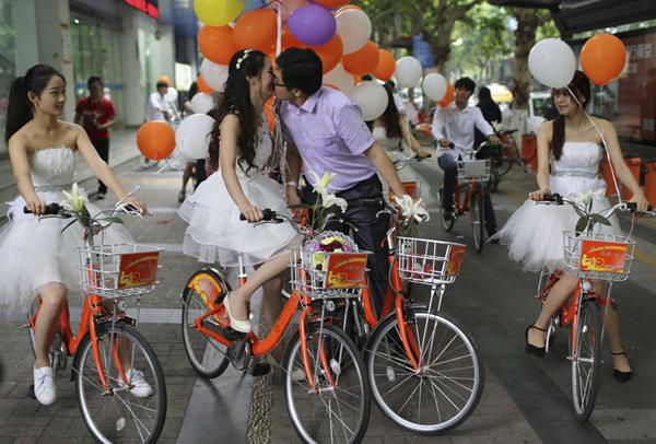 单车迎新娘 中新社江苏分社 泱波 摄