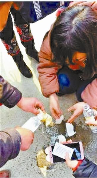 被喷辣椒水的学生在用水冲洗
