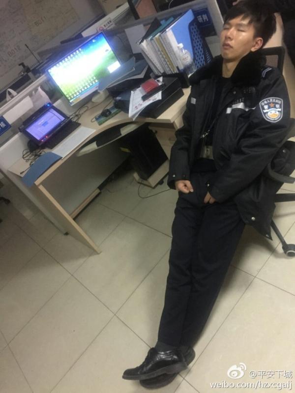一张是一位年轻警察仰面躺在办公室椅子上睡着了,桌上两台电脑开着,旁边放着一堆资料;