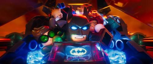 4人挤在蝙蝠战车中