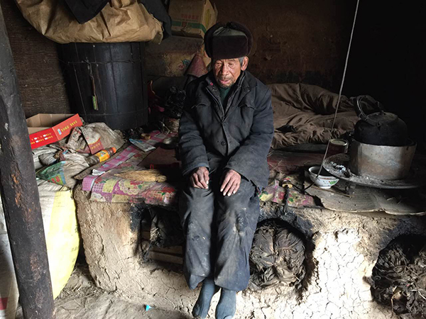方啥后习惯坐在祖屋的炕边上,将双腿悬空半天也不说一句话 澎湃新闻记者 陈雷柱 图