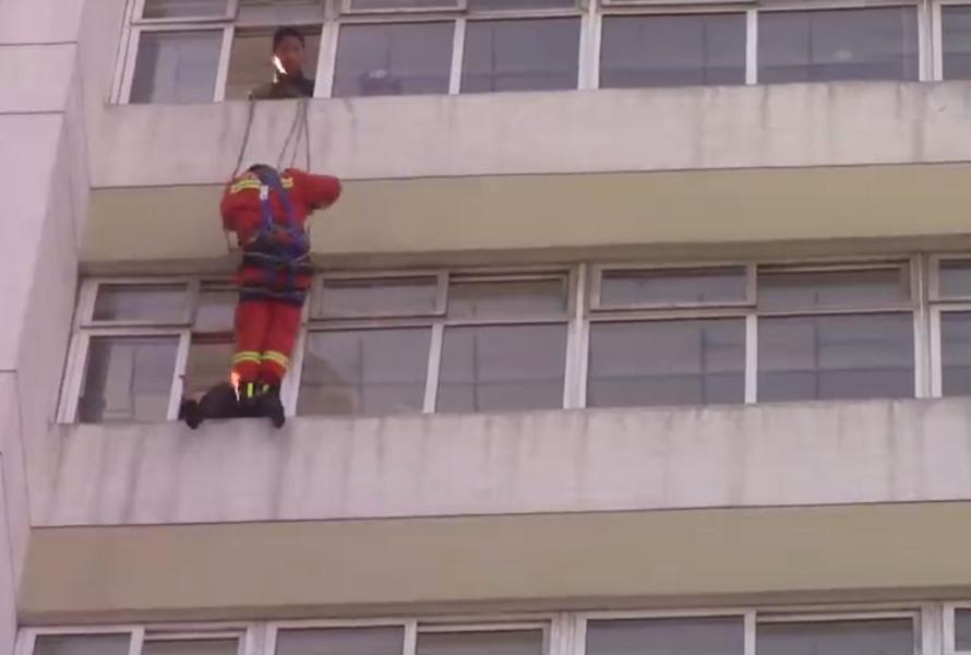 趁该女子回头与其朋友说话之际,消防员10楼速降一脚将该女子踹进室内,轻生女子获救。