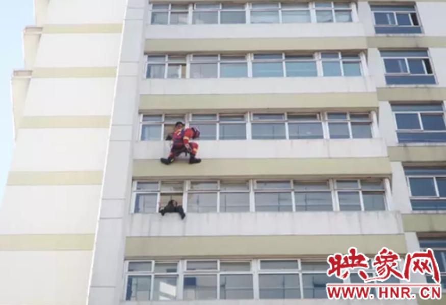 2017年2月27日报道,2月26日下午,河南省汝州市某医院病房大楼9楼有女子轻生跳楼,接警后,汝州市消防大队迅速出动消防官兵到场救援。