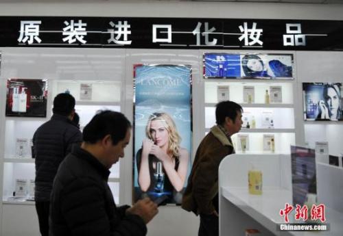 资料图:一位民众在选购进口化妆品 中新社记者 翟羽佳 摄