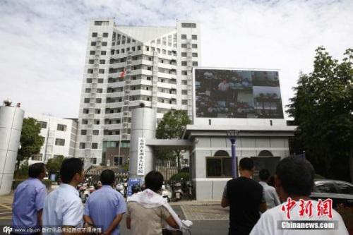 资料图:安徽一家法院户外大屏直播贪官受审 观宇 摄 CFP视觉中国