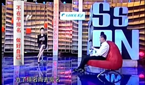 喂完了鸡汤,王健林还给现场的观众唱了首歌,这次不是《一无所有》,竟然是张宇的《雨一直下》。