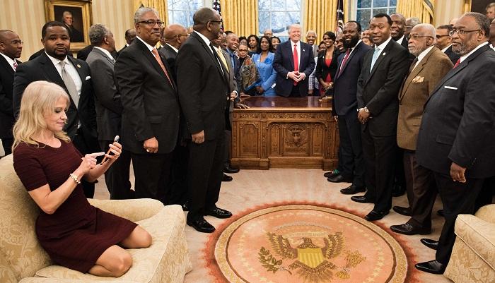 """特朗普女顾问的白宫""""沙发照""""为何遭网友猛批?"""