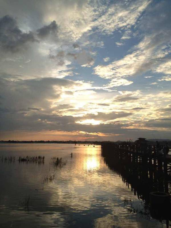 2013年,在缅甸乌本桥上看日落,随手一拍便是张名信片!