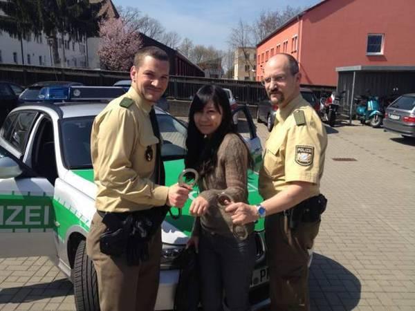 2013年4月,行走欧洲,车开太快,被警察拦下,欧洲的警察一看是中国美女,解释一番后,干脆来了张合影!