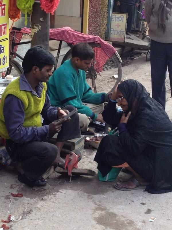 2014年2月2日,在印度瓦拉纳西,以为他在修鞋,可是原来他在修牙,他是个牙医。