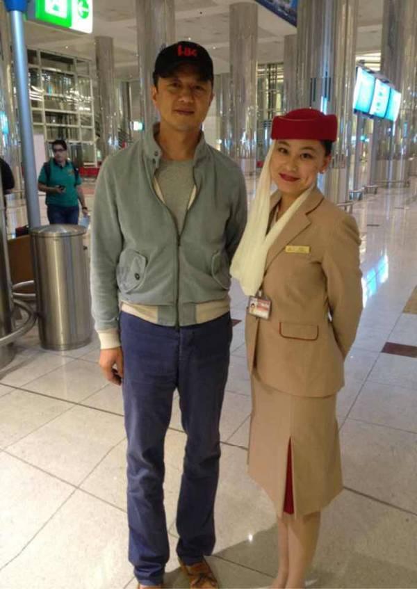2014年9月30日,在迪拜机场,和有签证问题的好爸爸李亚鹏聊天!
