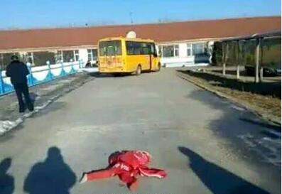 吉林6岁女孩被校车碾压致死肇事司机已被控制