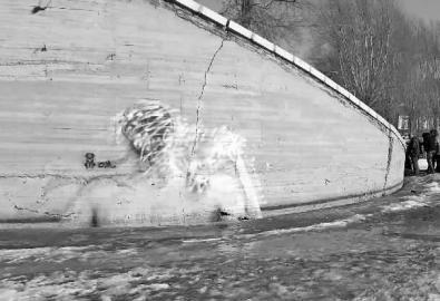 """据新文化报3月2日报道,3月1日早上9点半左右,记者再一次来到了南湖大桥,原来""""美女沐浴图""""所在的桥体上出现了一大片白色喷漆,涂鸦被覆盖了。南湖公园管理科工作人员表示:""""涂鸦本身是一种个人行为,在公共场所做出这样的行为,是不符合我们公园规定的。"""""""