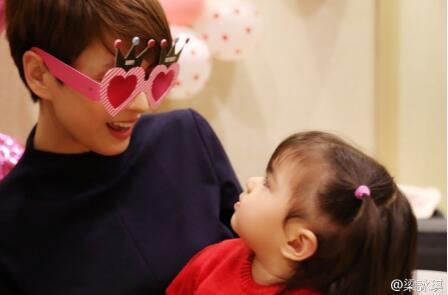 梁咏琪与女儿互动