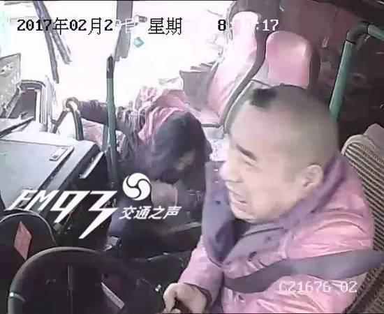 """根据交警事后调取的监控视频显示,王某在事故发生前十分钟,已经开始时不时闭起眼睛,尽管车内监控设备频繁发出""""你已超速,你已超速!""""的语音警报,可还是于事无补。"""