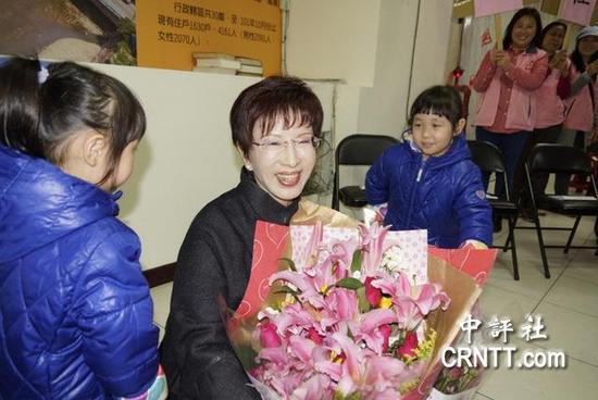 洪秀柱3日下午到桃园拜访龟山陆光新城。(图片来源:香港中评社)