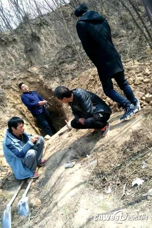 村民在秦阿房宫遗址下取土保护中心:已回填
